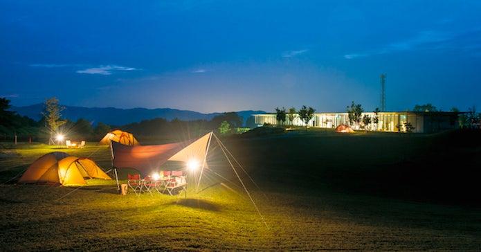 夜の草原で張られたスノーピークのテント