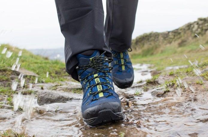 サロモンの靴を履いて濡れた道を歩く
