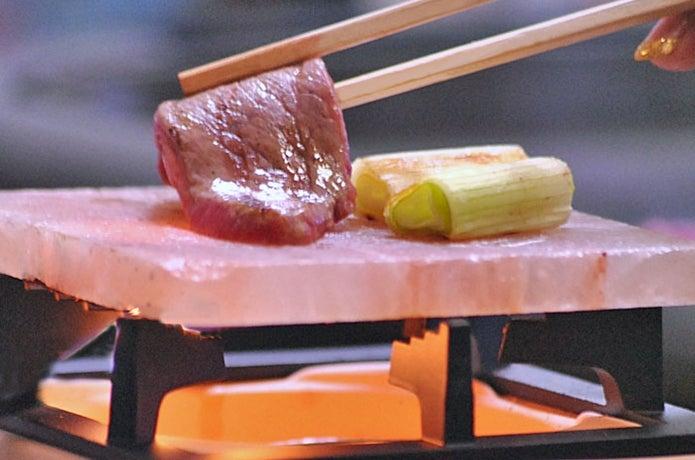 岩塩プレートで肉を焼く