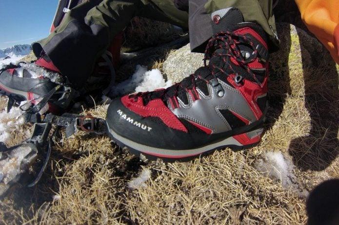 マムートの登山靴を履いている人の足元