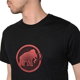マムートのロゴマークが入った黒いTシャツを着た男性