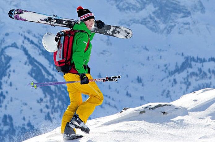 マーモットのウェアを着てスキーをする