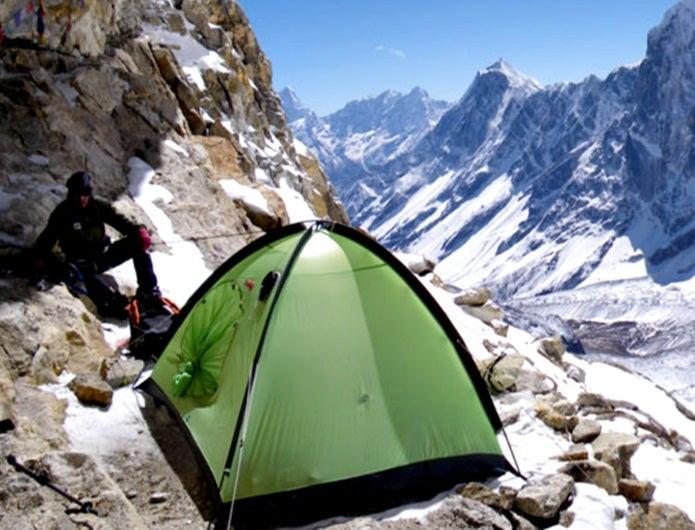 山岳テントを張る人