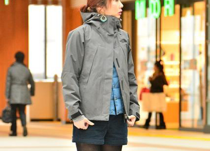 マウンテンジャケットを着た女性