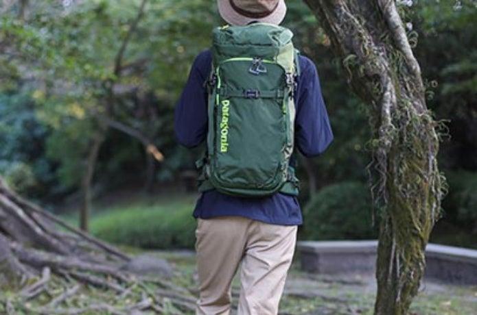 パタゴニアのバックパックを背負った男性