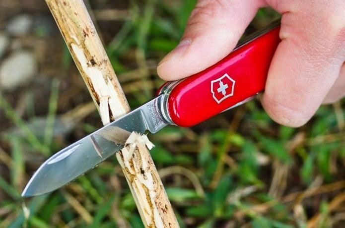 スイス・アーミーナイフで木を削る