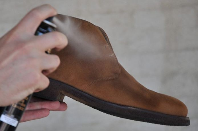 step-5-condition-and-recolor-with-saphir-suede-spray