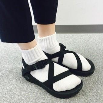 テバのサンダルと靴下のコーディネート