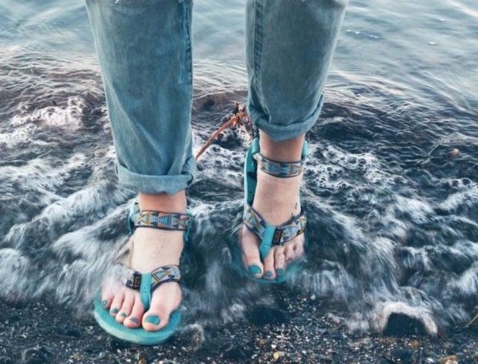 海でテバのサンダルを履く女性