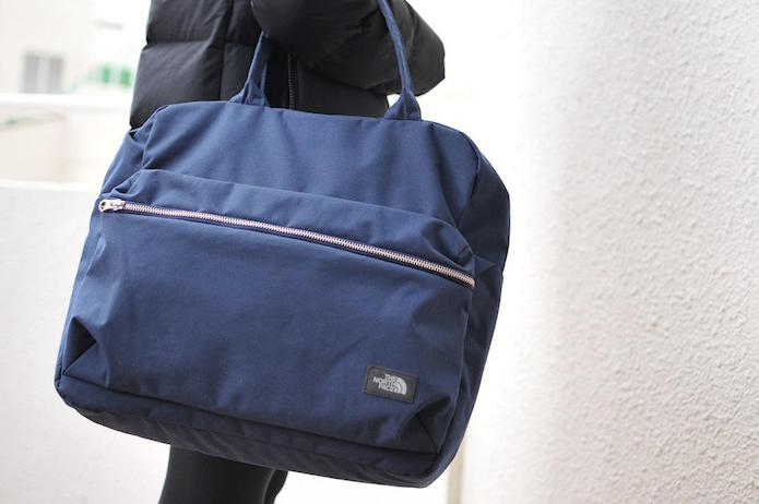 ノースフェイスの青いトートバッグ