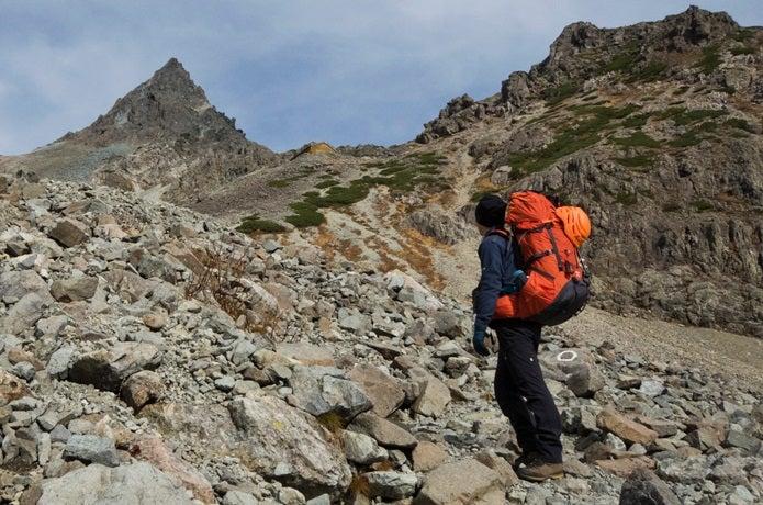 カリマーのバックパックを背負って山を登る人