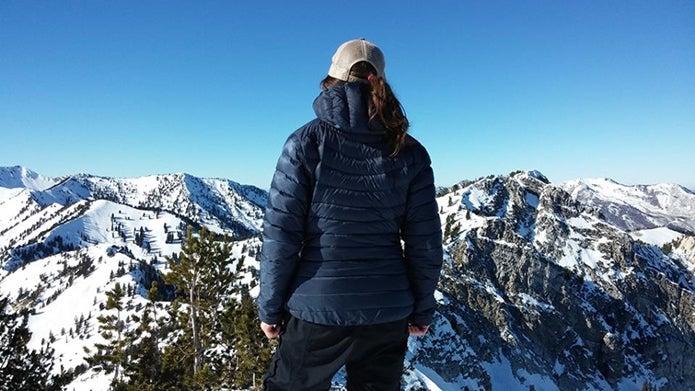 アークテリクスのダウンジャケットを着た女性
