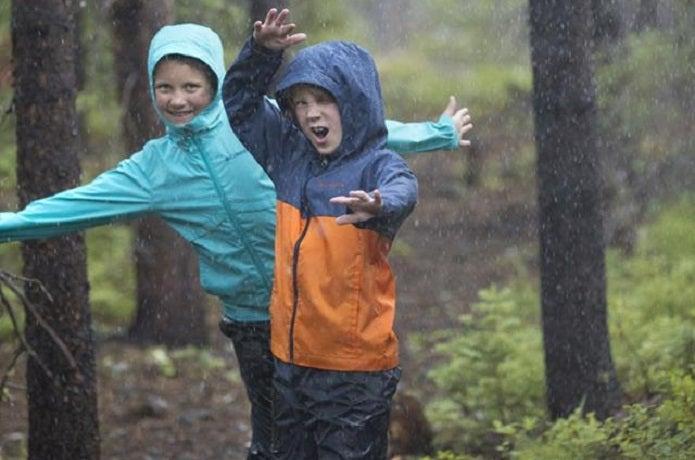 コロンビアのレインウェアを着た子どもたち