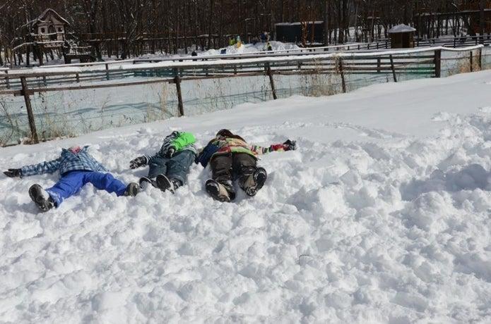 雪上に寝ころぶ人