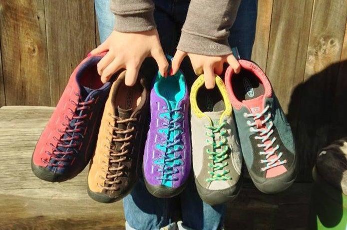 キーンの靴を持つ