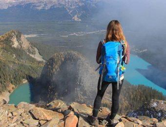 ドイターの青いバックパックを背負う女性