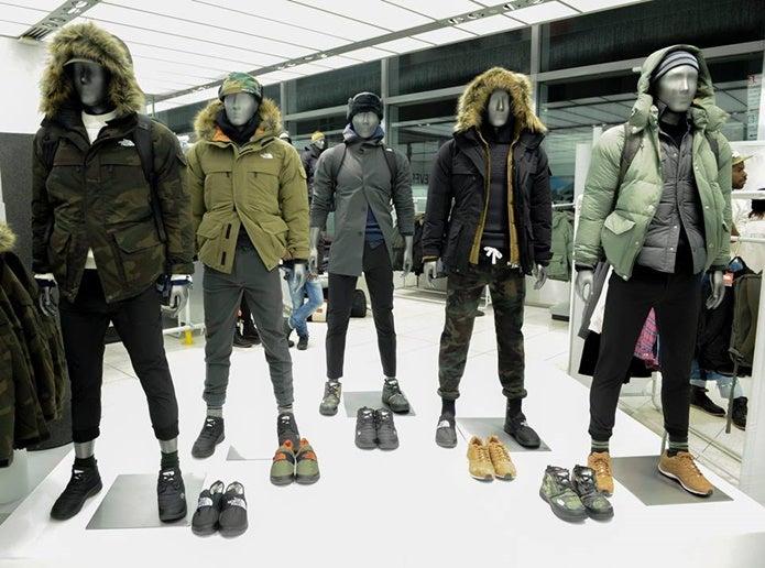 ノースフェイスのジャケットを着ているマネキン達