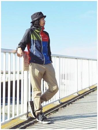 コロンビアのアウターを着た男性