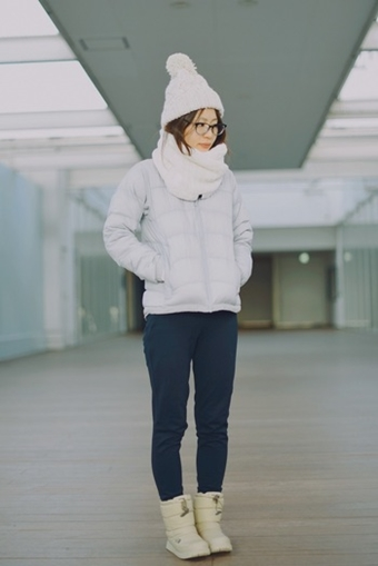 ノースフェイスのホワイトカラーダウンを着た女性