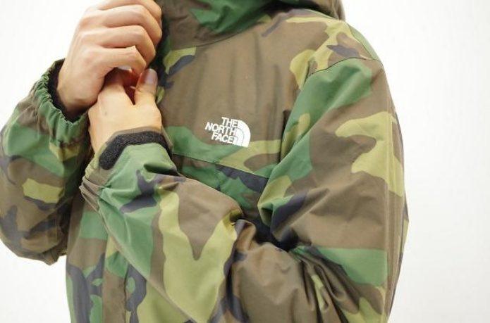 ノースフェイスの迷彩柄アウターを着た男性
