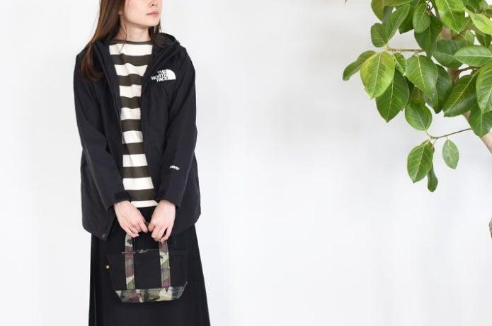 ノースフェイスのキッズ製品を着る女性