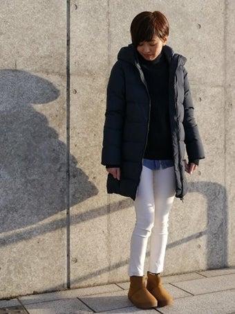 ノースフェイスのブラックカラーダウンを着た女性