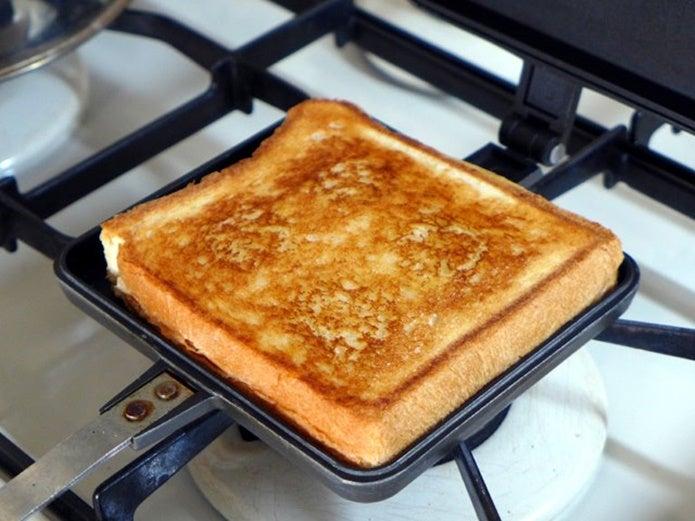 直火のホットサンドメーカーにパンを置く
