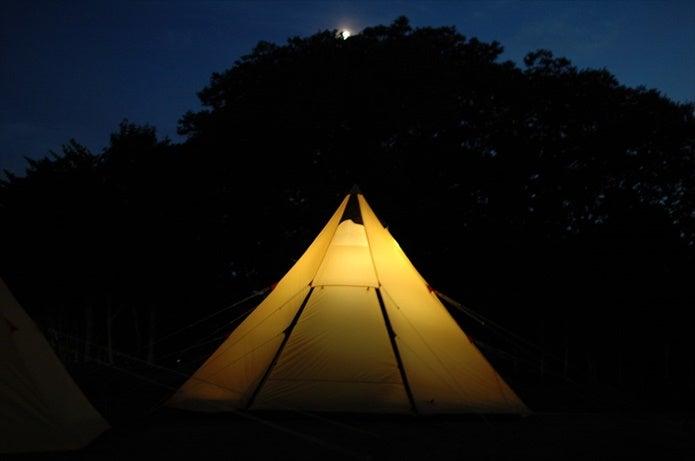 夜に設営されたノースイーグルのテント