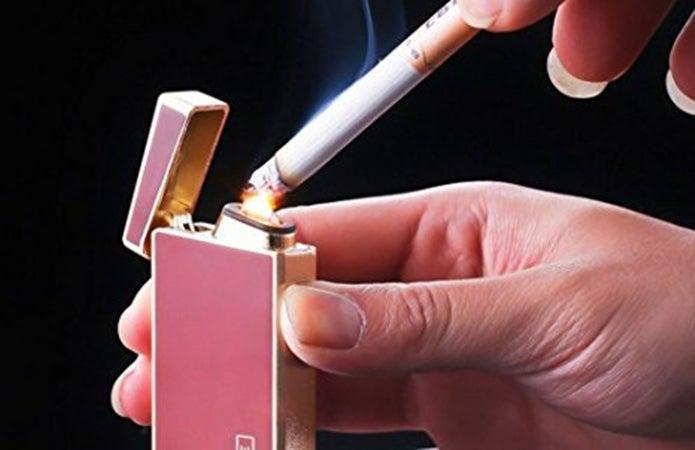 電子ライターで煙草に火をつける