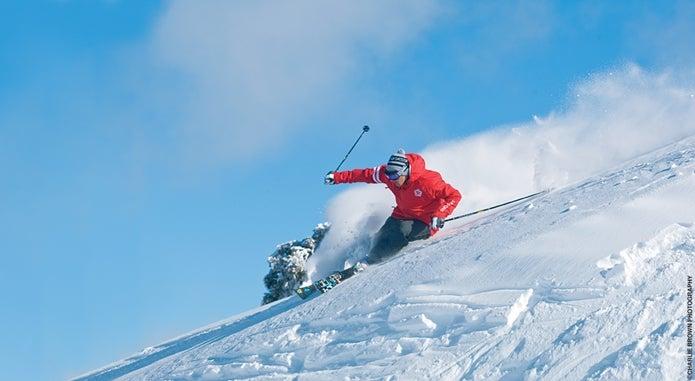 激しくターンをするスキーヤー