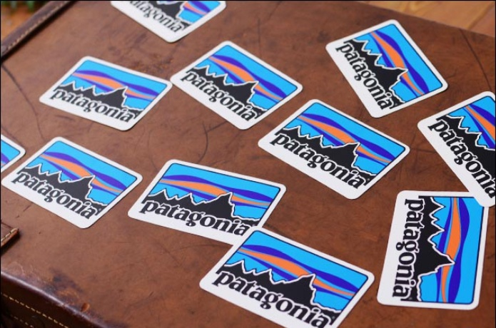 パタゴニアのステッカーが貼られたカバン