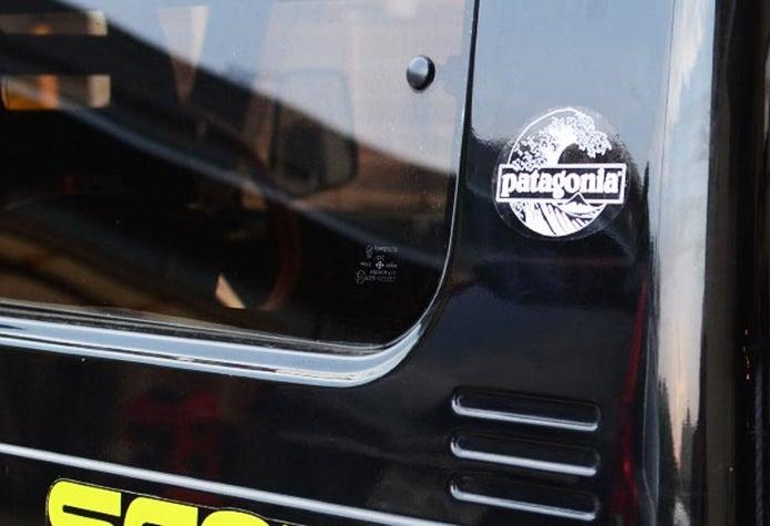 パタゴニアのステッカーを貼った車