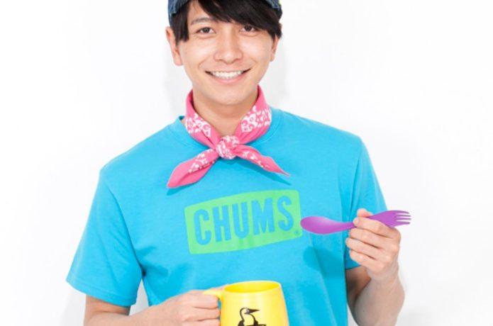 チャムスの水色のTシャツを着た男性