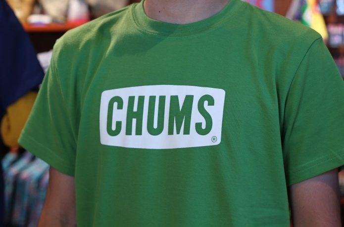 緑色のチャムスのロゴTを着た人