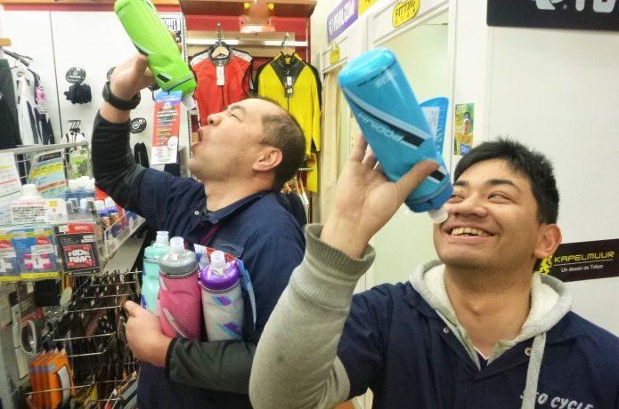 キャメルバックのボトルを持つ男性たち