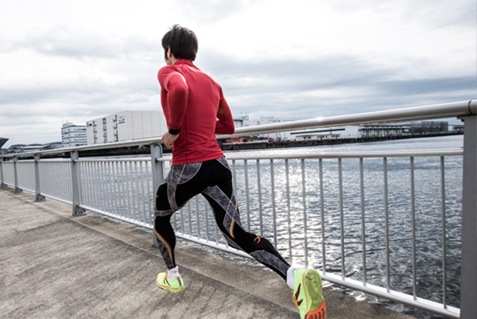 CW-Xのタイツを履いて走る男性