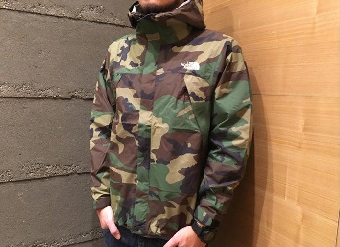 ノースフェイスの迷彩のジャケットを着ている人