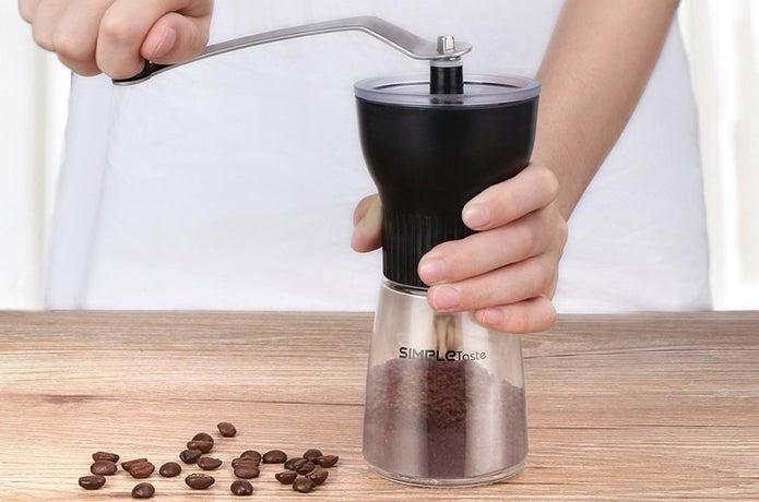 手動コーヒーミルで豆を挽いている