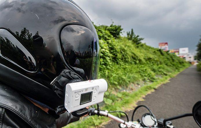 ソニーアクションカムをバイクのヘルメットにつけている図