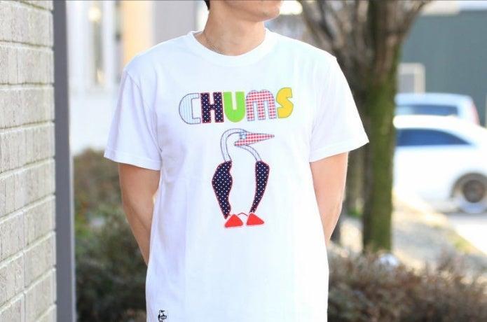 チャムスのTシャツを着た男性