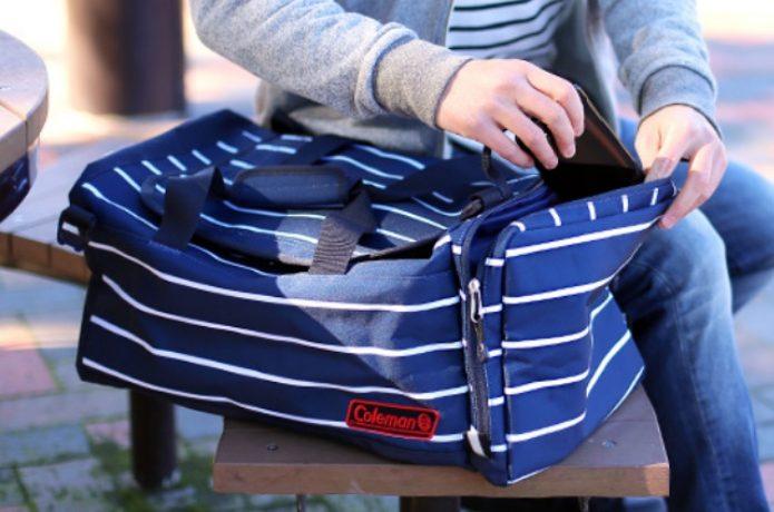 コールマンのダッフルバッグを持った人
