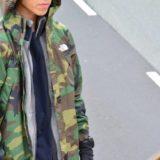 ノースフェイスの迷彩柄ジャケットを着た男性