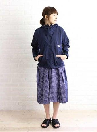 スカートのノースフェイスのコンパクトジャケットを合わせたコーデ