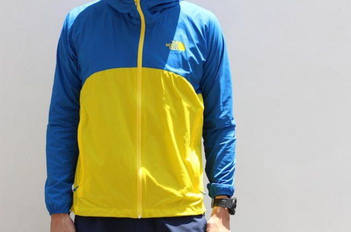 ノースフェイスの青と黄色のアウターを着た男性