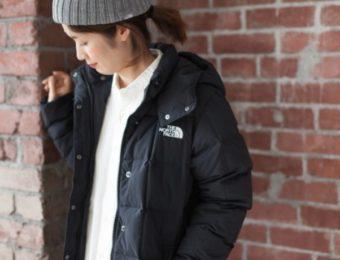ノースフェイスのコートを着た女性