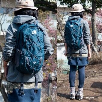 カリマーのバックパックを背負った女性の写真