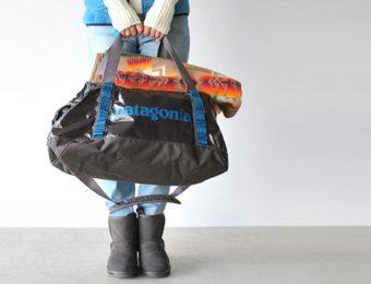 パタゴニアのブラックホールダッフルを持つ女性
