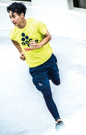 スポーツスパッツを履いて走る男性