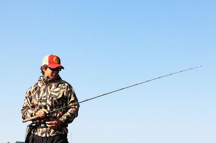 コロンビアのパーカーを着て釣りをする男性