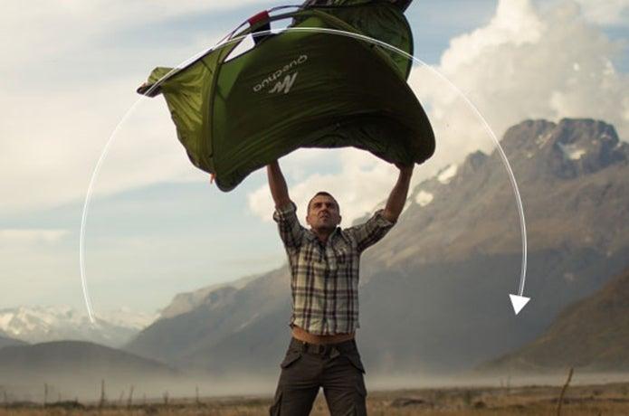 ポップアップテントを設営する男性